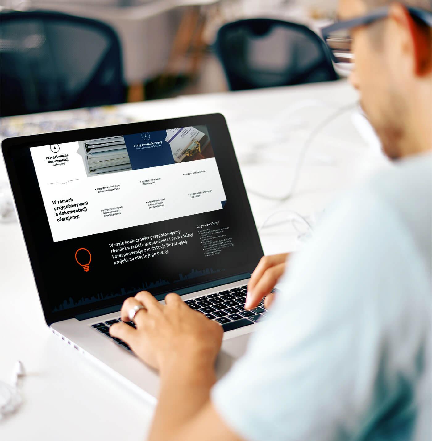 Człowiek pracujący przy laptopie - wizualizacja strony www Energia dla Biznesu
