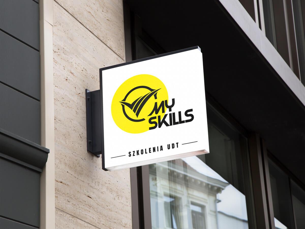 Mockup kaseton - wizualizacja projektu nowego logo MySkills na kasetonie na elewacji budynku. Lokalizacja; Kutno, Łódzkie.