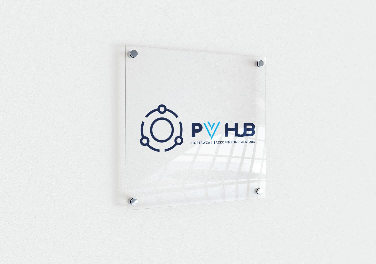 Projekt logo dla PVhub - dostawca i backoffice instalatora fotowoltaiki - wizualizacja na tabliczce przydrzwiowej