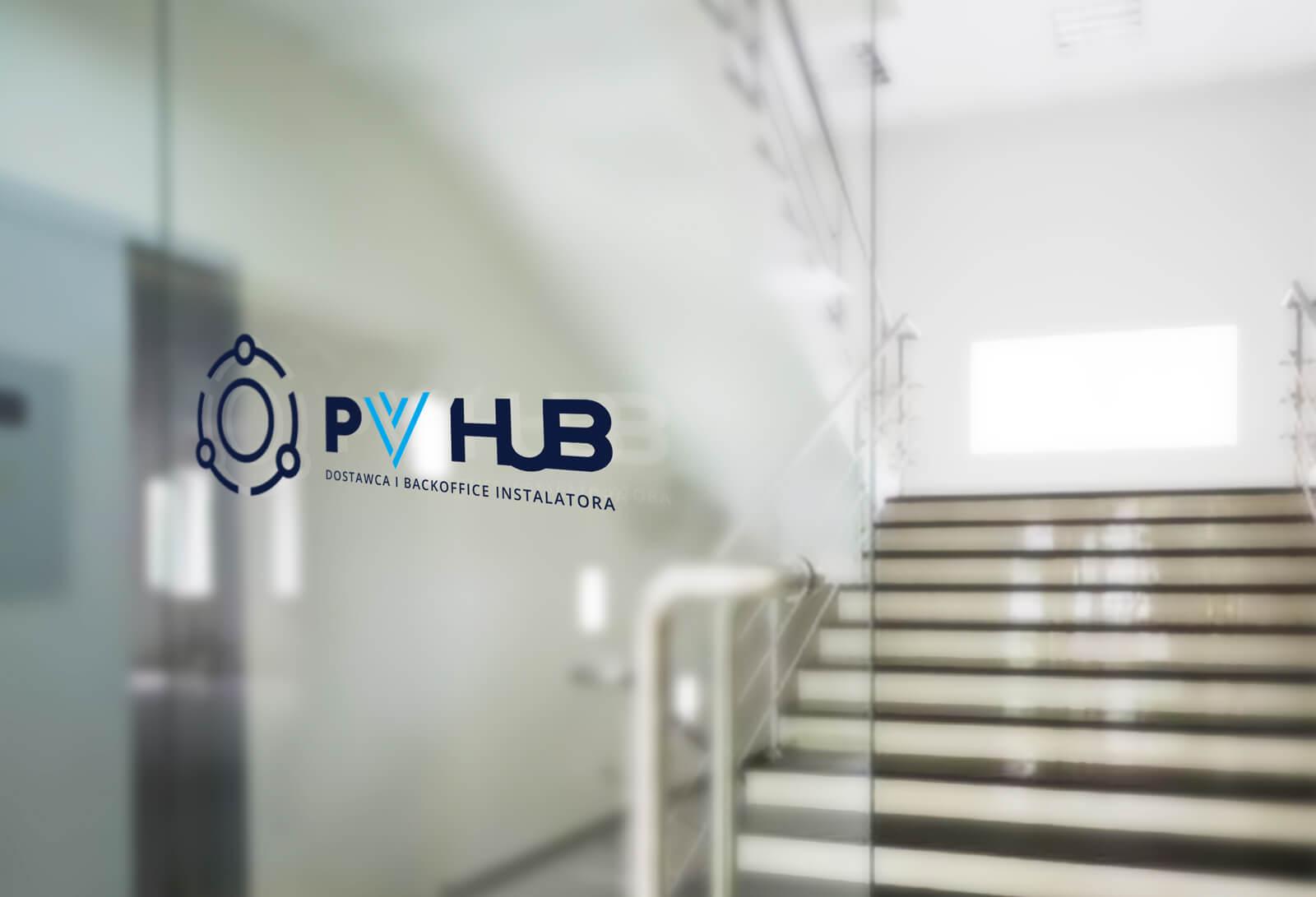 Projekt logo dla PVhub - dostawca i backoffice instalatora fotowoltaiki - wizualizacja na przeszkleniu w biurze