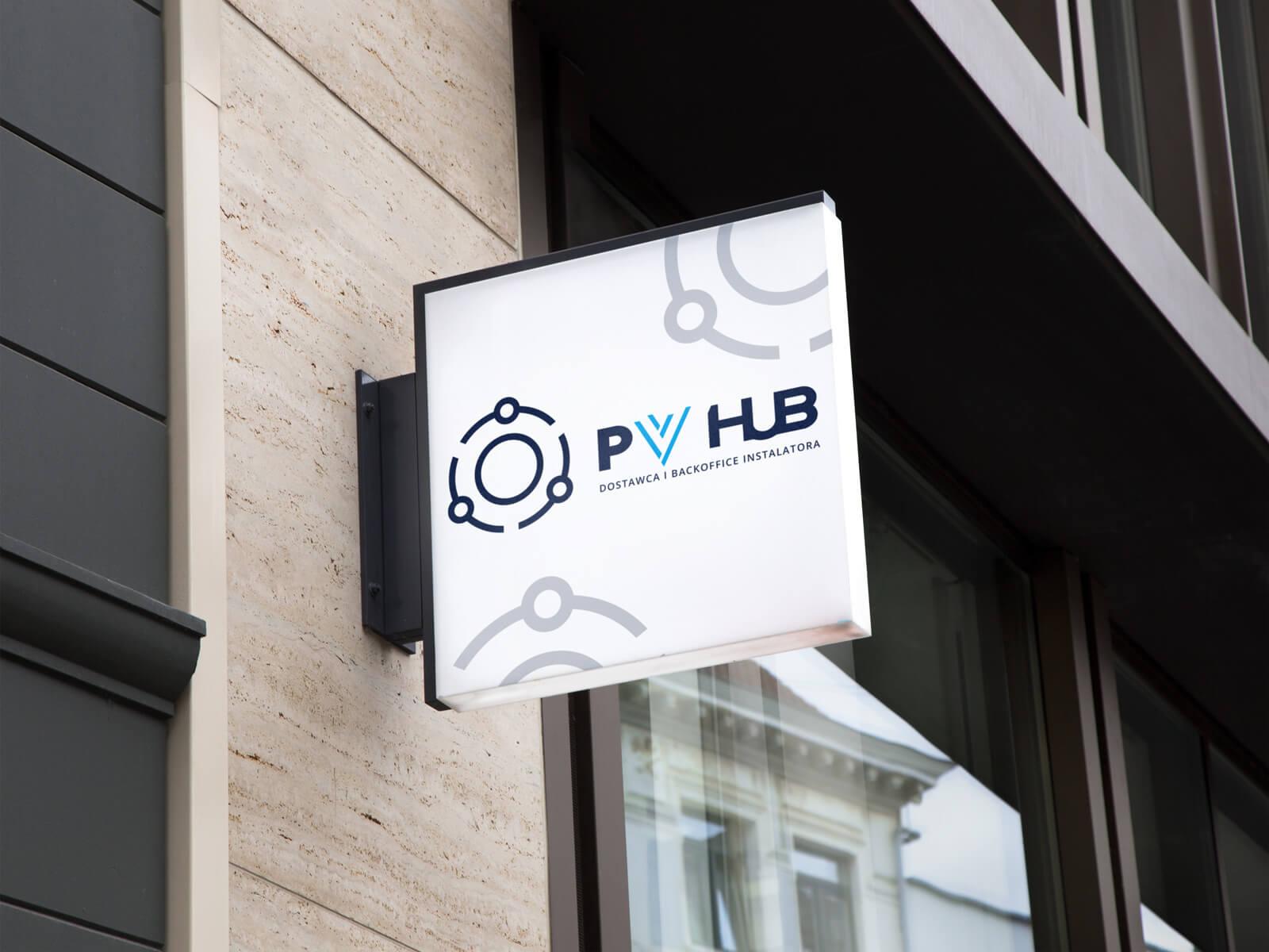 Projekt logo dla PVhub - dostawca i backoffice instalatora fotowoltaiki - wizualizacja na kasetonie semaforowym na elewacji budynku